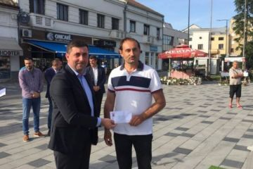 Pobjednik prvog sajma cvijeća Pero Nikolić iz Suvog Polja